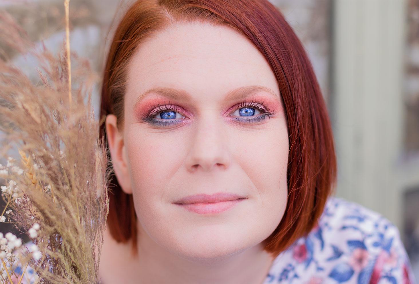 Zoom sur un maquillage coloré réalisé avec la palette Moroccan Spice sur des yeux bleus