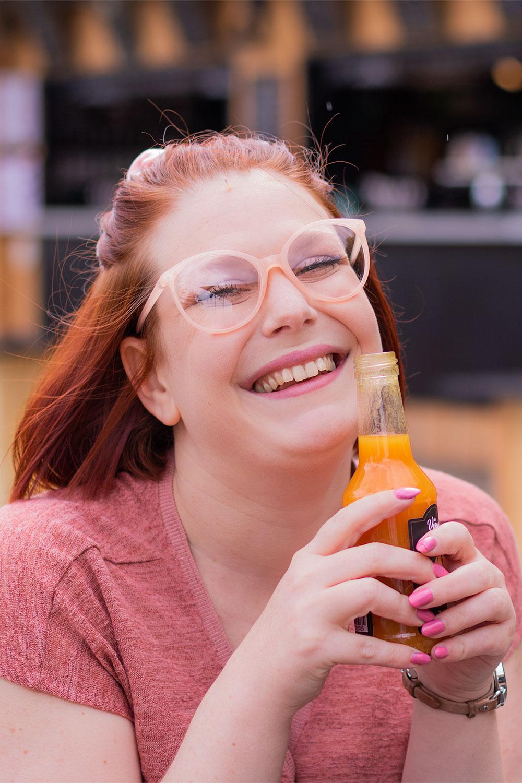 Zoom avec le sourire en train de boire un jus d'abricot à la guinguette de Tours