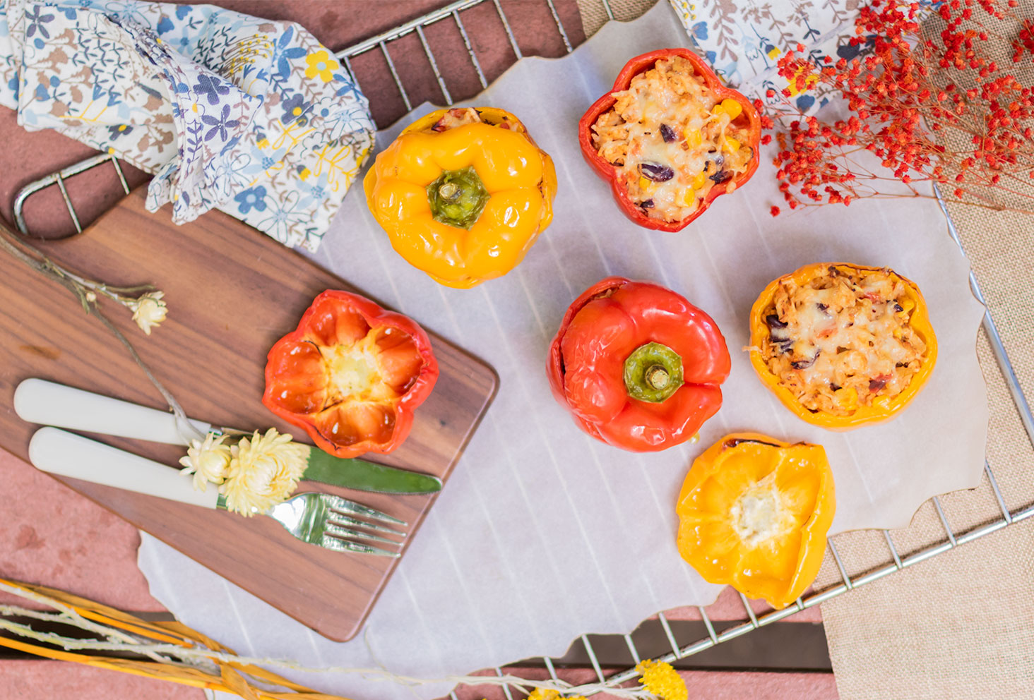 Vu de haut posés sur une grille de four recouverte de papier sulfurisé, des poivrons farcis à la mexicaine
