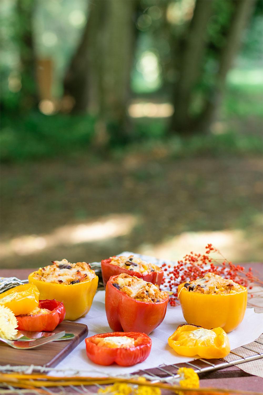 Des poivrons farcis pour l'été posé sur une table de pique-nique au milieu des bois