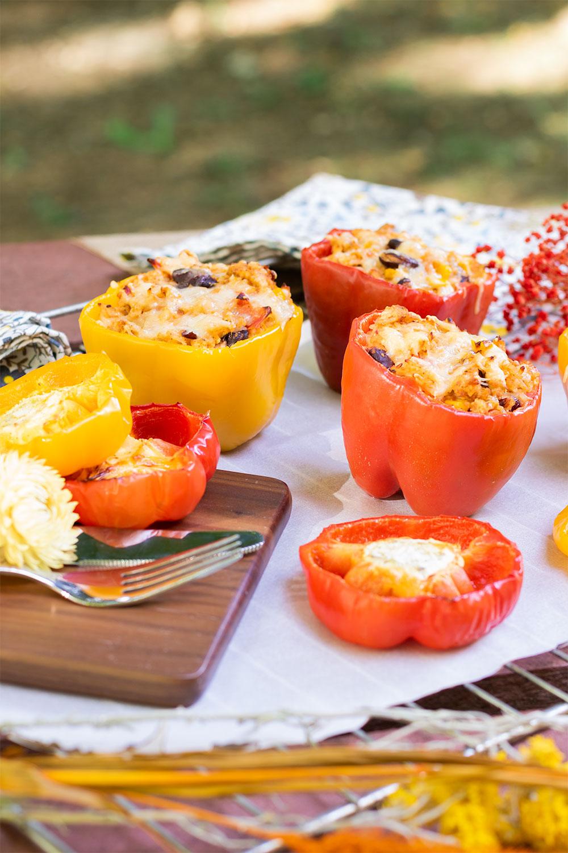 Recette facile de poivrons farcis pour l'été, posés sur une grille de four sur une table de pique-nique
