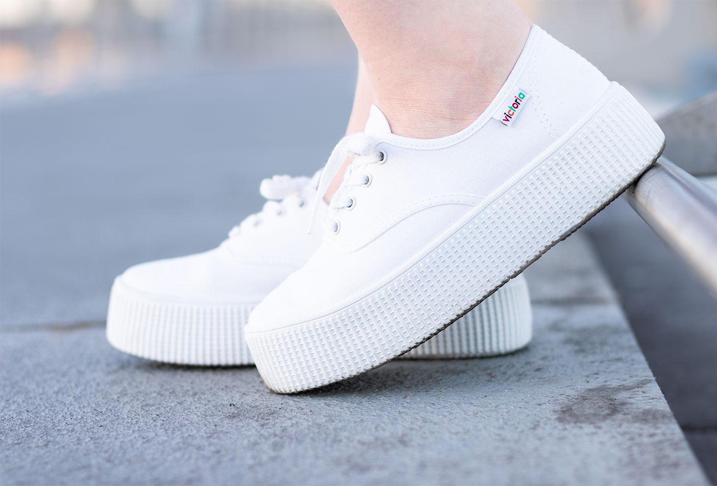 Zoom porté de profil sur les baskets blanche à plateformes de la marque Victoria