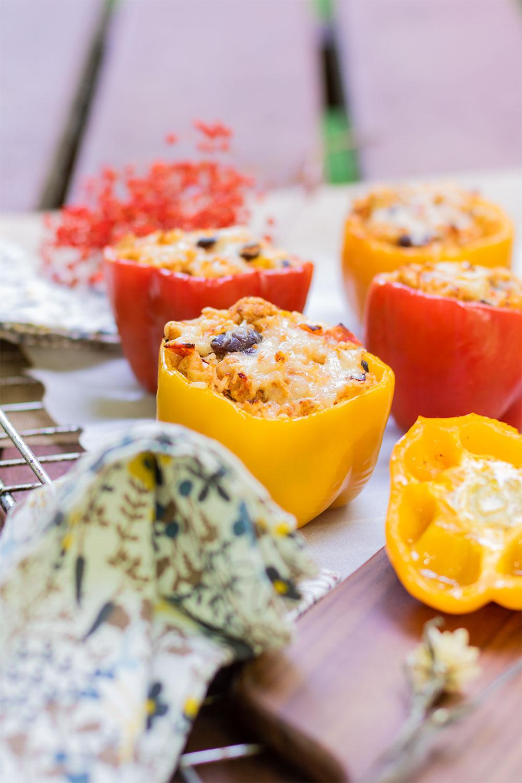 Zoom sur un poivron jaune farcis à la mexicaine, sur une table de pique-nique