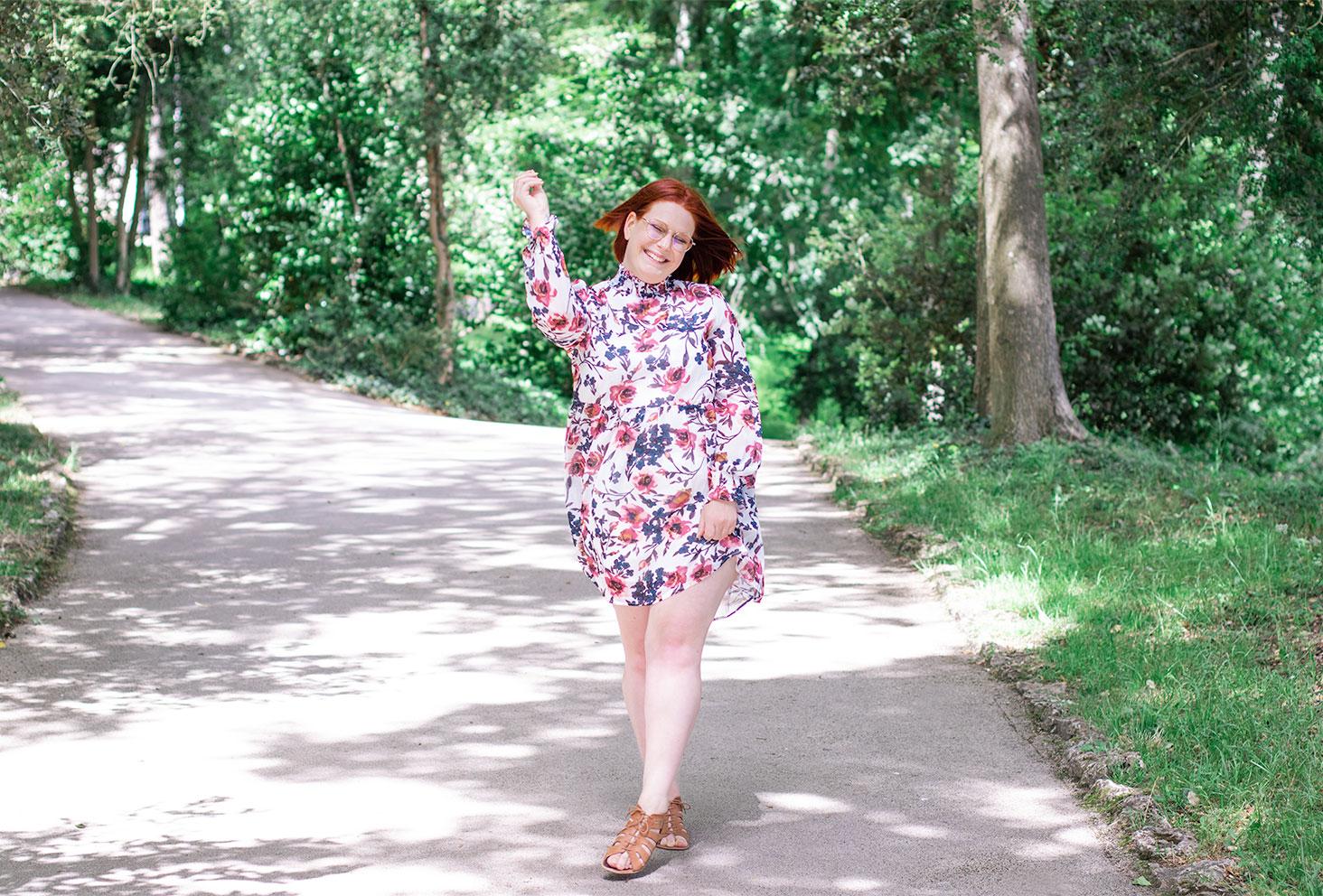 Au milieu des bois avec le soleil, en robe fluide et fleurie de la marque SheIn