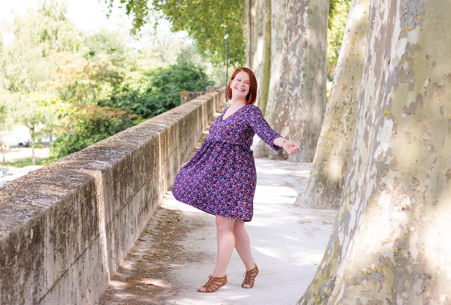 Sur les bords de Loire au milieu des arbres en robe Babydoll qui tourne Promod