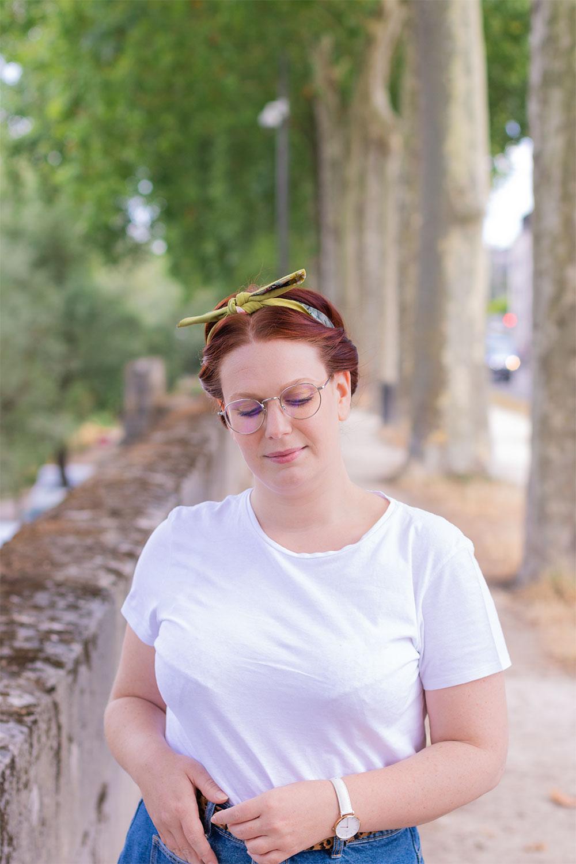Sur les bords de Loire en t-shirt blanc, un headband vert noué autour des cheveux