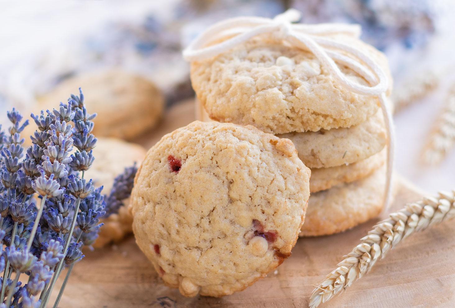 Zoom de côté sur un cookie aux pépites de chocolat fourrés avec des morceaux de fraises