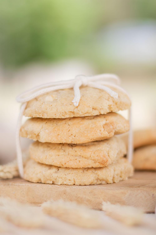 Zoom sur un paquet de cookies fourrés à la cacahuète et à la fraise, noués à l'aide d'une ficelle