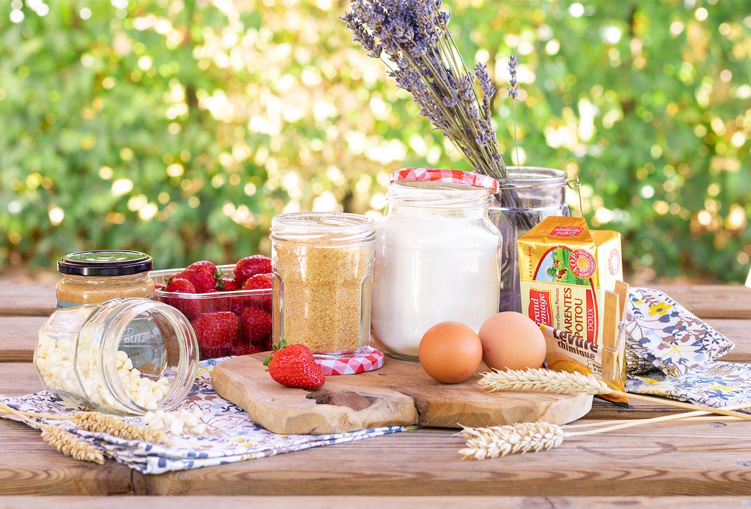 Ingrédients nécessaires à la recette des cookies aux pépites de chocolat blanc fourrés à la fraise et à la purée d'amande et de cacahuètes
