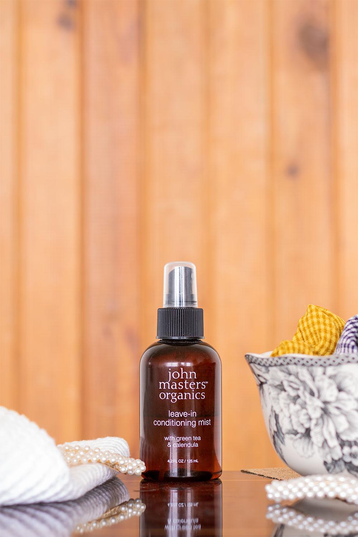 Le spray sans rinçage de John Masters Organics parfait pour la routine spéciale confinement