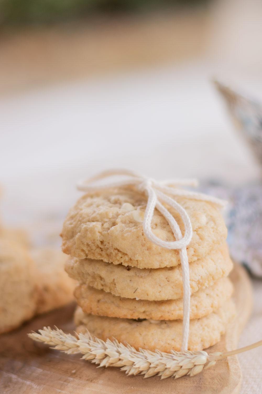 Une pile de cookies fourrés à la fraise, nouée à l'aide d'un noeud en ficelle, à côté d'un épi de blé