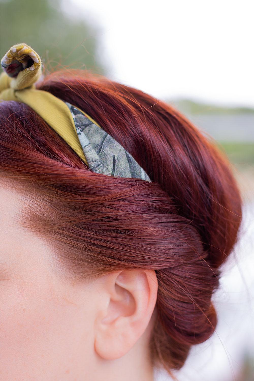 Zoom sur le côté des cheveux qui passent par-dessus le headband noué dans les cheveux