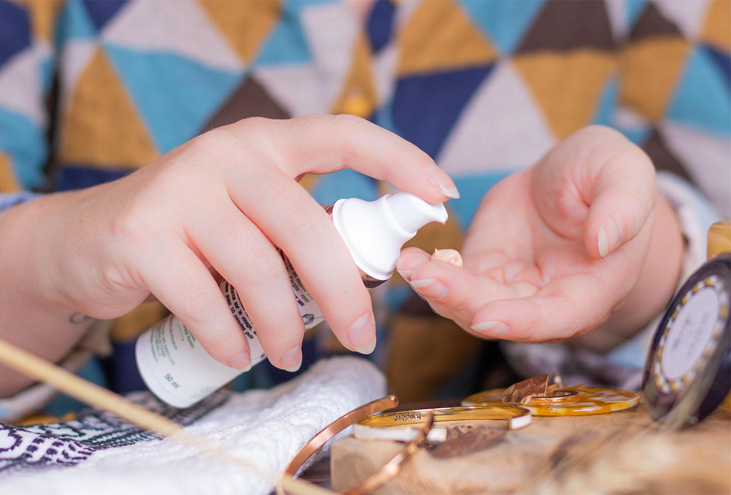 Zoom sur la texture dorée du masque éclat visage de Folies Royales sur le bout des doigts en pleine utilisation