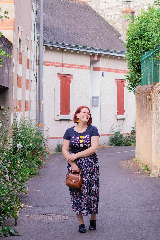 Au milieu d'une jolie rue fleurie de Tours au quartier des Prébendes, pour un look de rentrée en longue jupe plissée fleurie