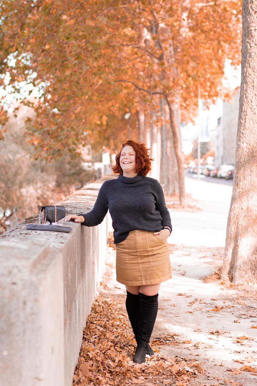 Look d'automne le long des bords de Loire, en pull à col roulé et jupe en jean, avec le sourire