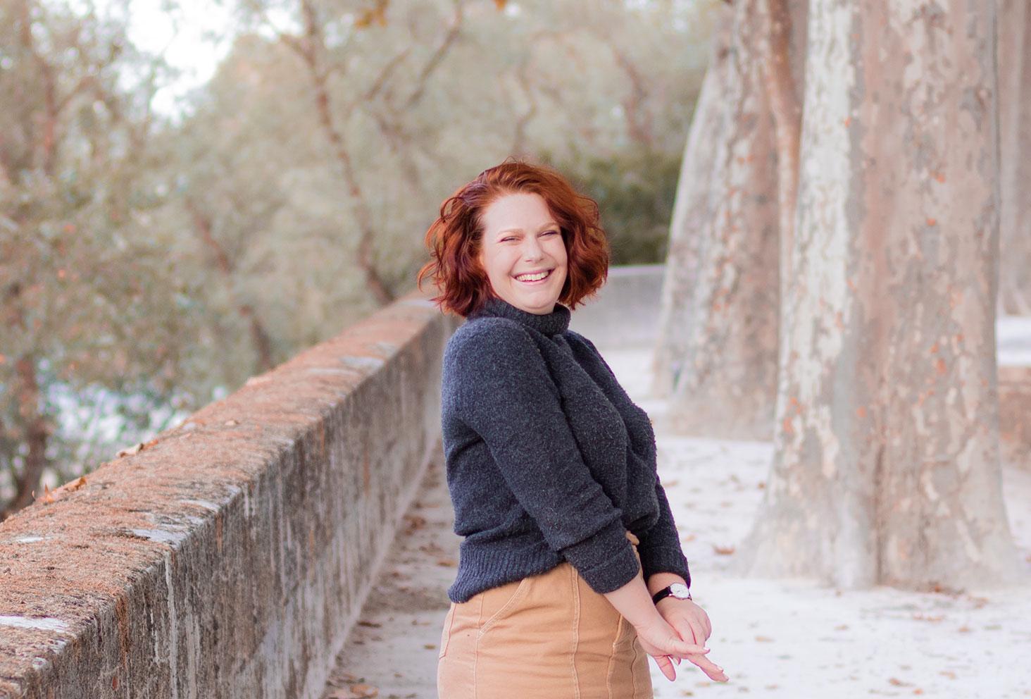 De profil en col roulé sur les bords de Loire automnaux, avec le sourire