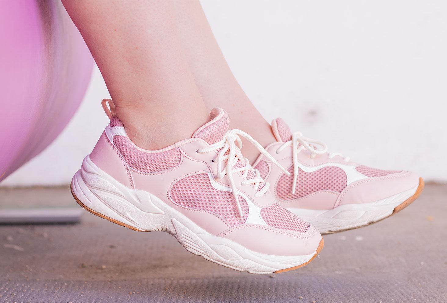 Zoom sur les baskets roses du rayon enfant de La Halle portées, de profil