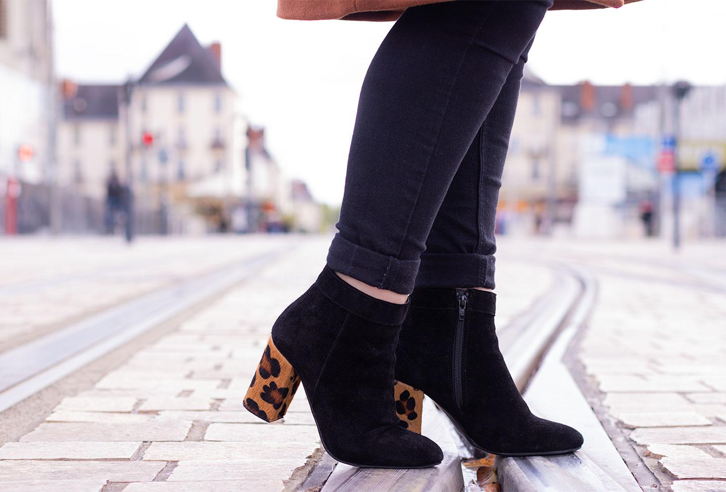 Les bottines noires en nubuk aux talons léopard de la marque Texto portées avec un jean noir en plein centre ville
