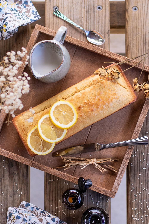 Un cake au citron dans un plateau sur une table en bois pour le goûter