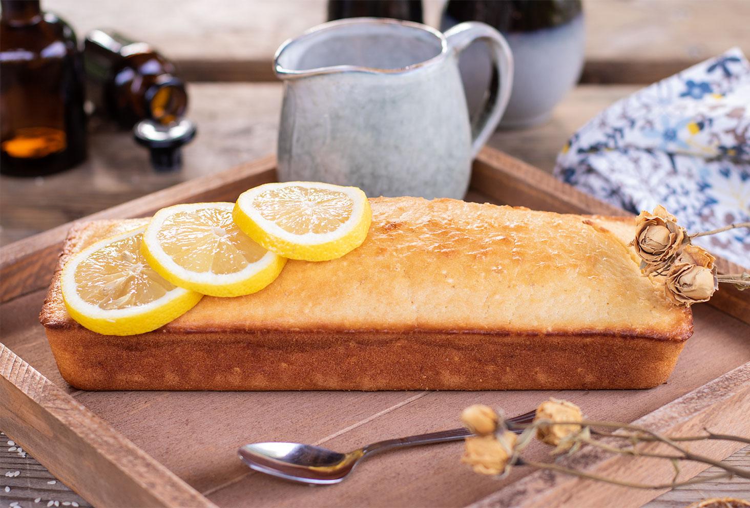 Zoom sur le cake au citron moelleux avec ses tranches de citron fraiches