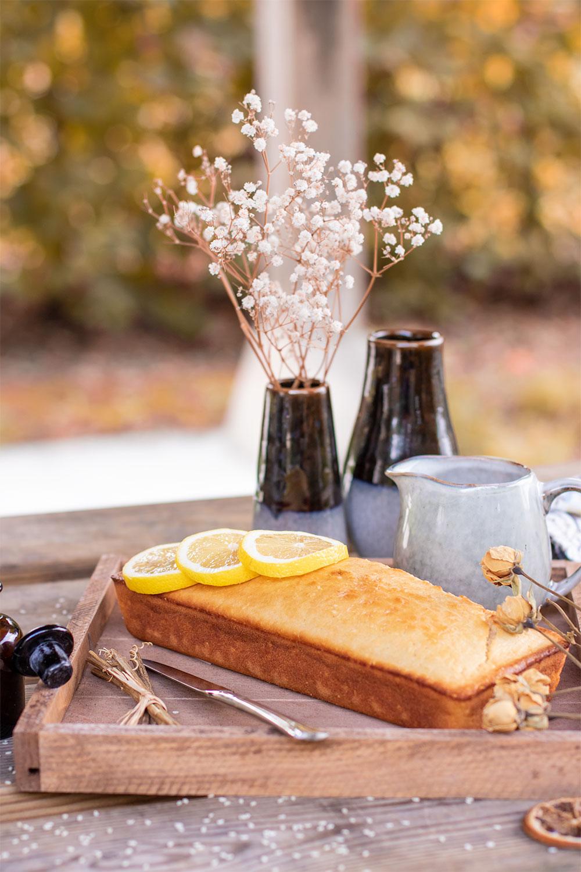 La recette facile d'un cake au citron et graines de sésame dans un plateau en bois