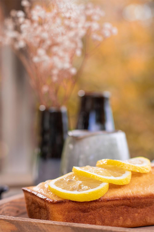 Zoom sur les tranches de citron posées sur le cake au citron et aux graines de sésame