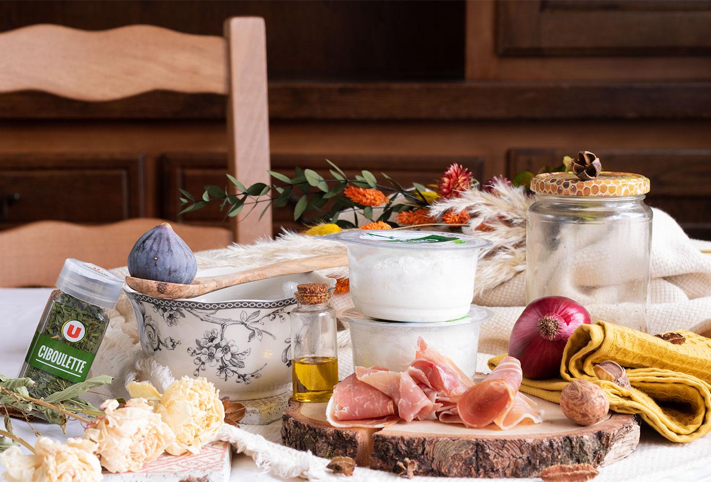 Les ingrédients nécessaires à la réalisation de la tarte aux figues, chèvre frais, miel et jambon pour l'automne