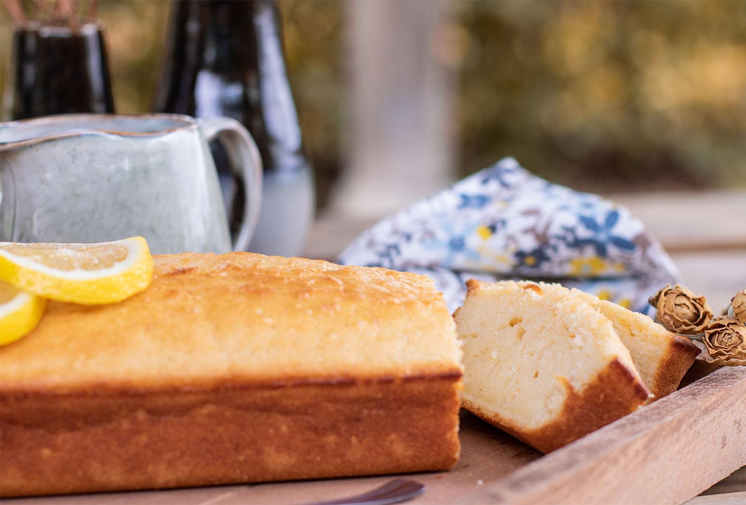 Zoom sur les parts de cake au citron coupées, posées sur un plateau en bois