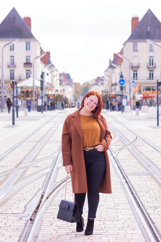 Dans la rue Nationale de Tours au milieu des voies du tram, avec le sourire, en look de working girl