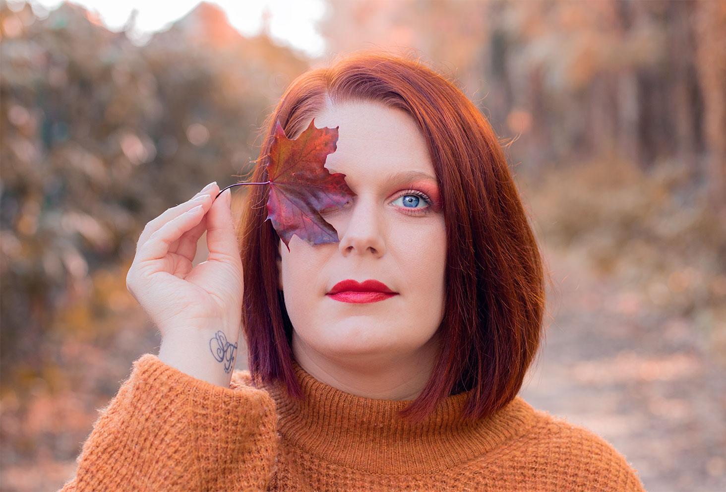 Maquillage coloré rouge automnal avant d'essayer et de décrypter différents types de démaquillant et bien les choisir