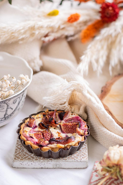 Zoom sur une mini tarte aux figues dans un petit moule à tarte vintage
