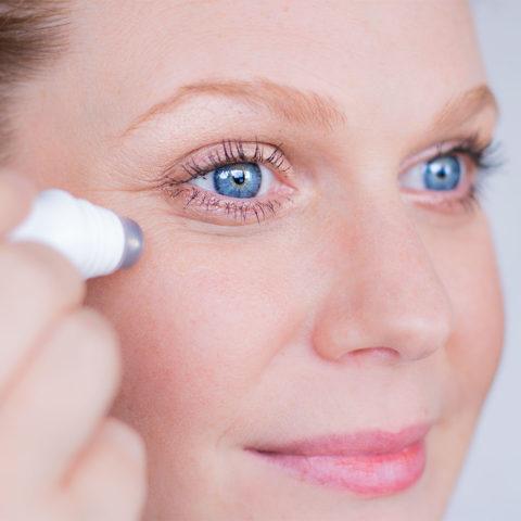 Zoom sur l'utilisation du sérum énergisant pour les yeux Oraiki