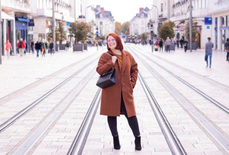 Au milieu de la rue Nationale de Tours avec le sourire, en look de working girl pour fêter cette 28 eme année