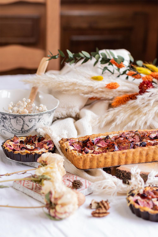 Zoom sur la recette facile de la tarte aux figues miel et jambon, dans un décor d'automne