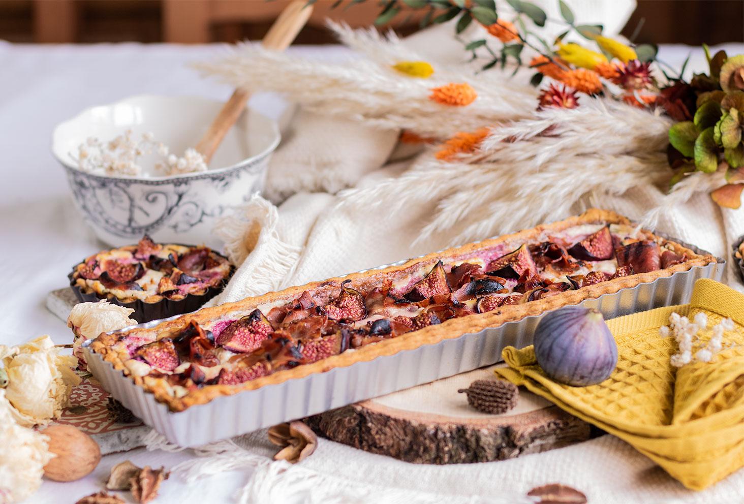 La tarte figues, miel et chèvre, posée sur un rondin de bois pour l'automne
