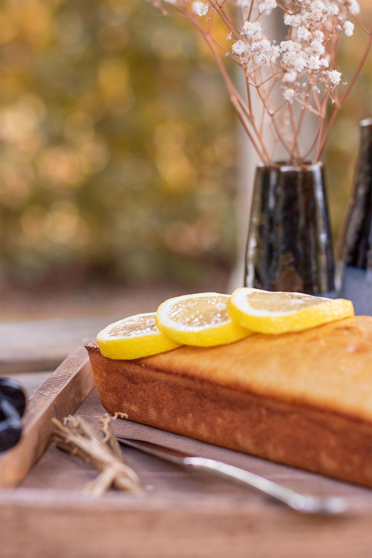 Zoom sur les tranches de citron posées sur le cake dans un plateau en bois
