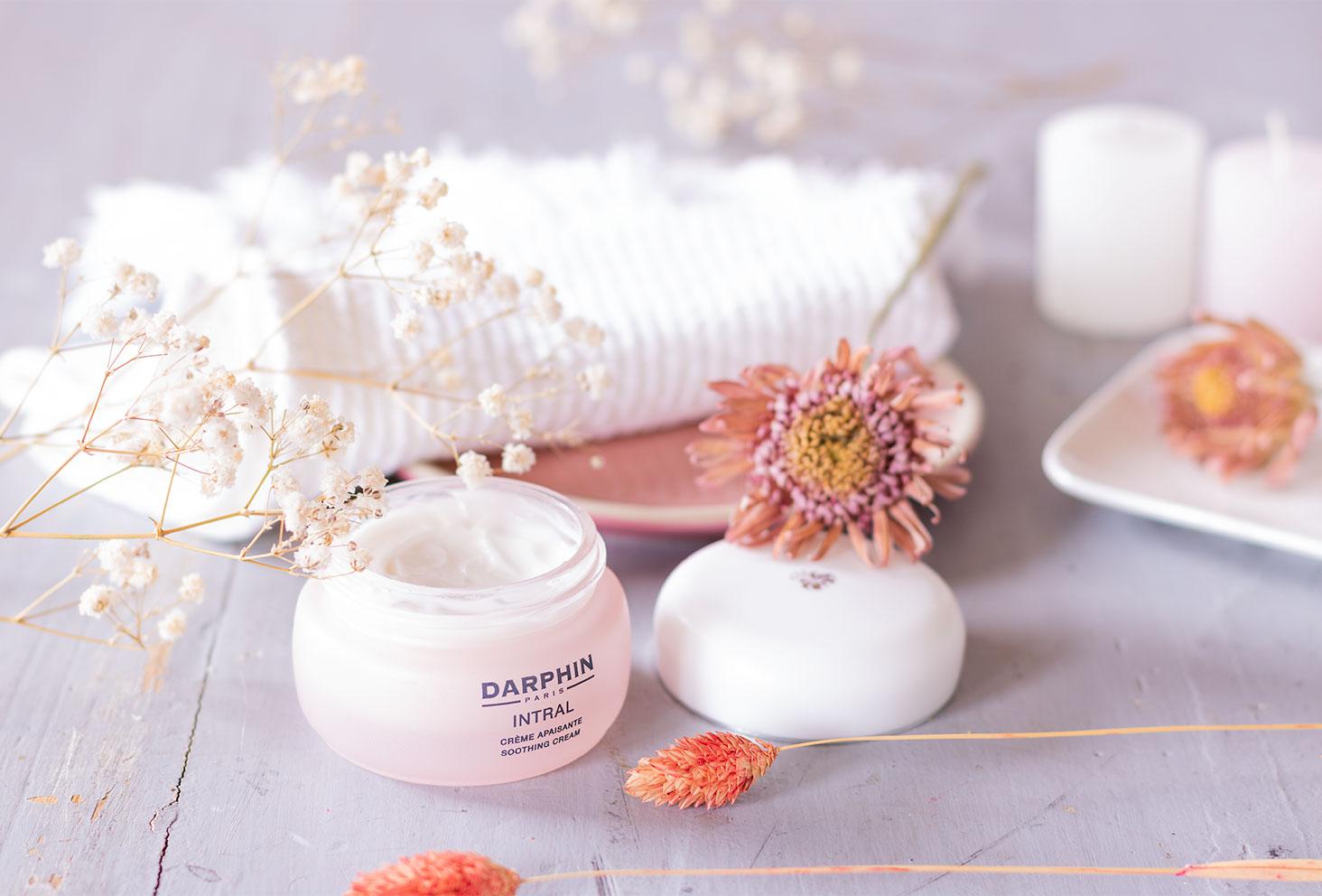 La crème apaisante INTRAL de Darphin au milieu de fleurs séchées