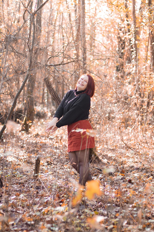 Au milieu de la forêt avec le sourire, en look automnal pour un TAG sur le blog