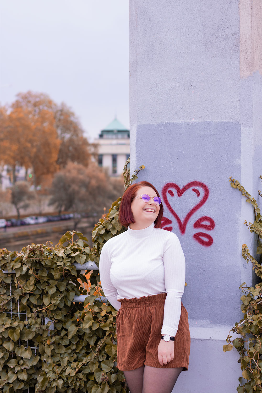 Article au sujet de la disparition des likes sur Instagram, illustré par un look au coeurs rouges en fond sur un pont suspendu