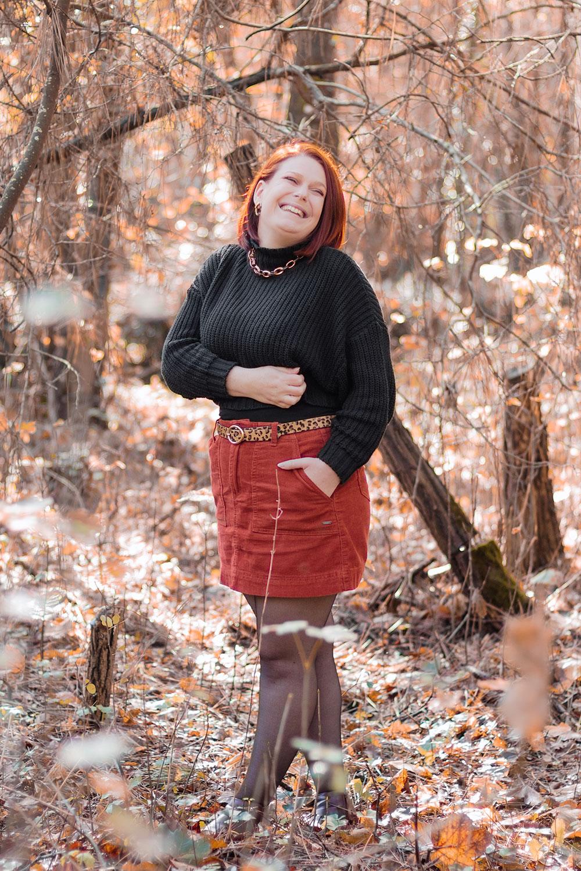 Dans la forêt hivernal aux couleurs de l'automne, en look jupe et pull court oversize, pour un tag de blog