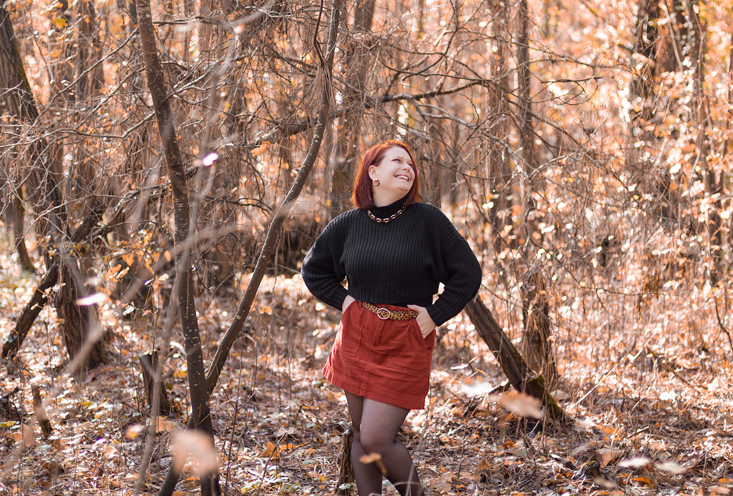 Shooting look d'automne au milieu de la forêt, avec le sourire, pour illustrer un TAG sur le blog