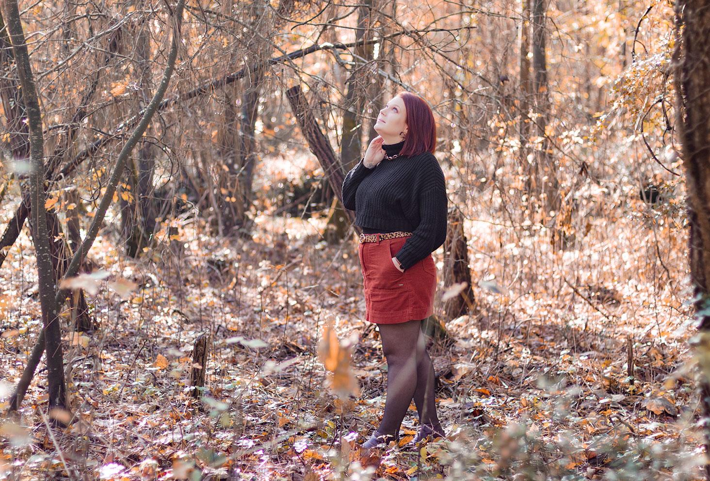 10 idées de looks pour l'hiver en jupe orange en velours côtelé et pull noir court à col cheminé