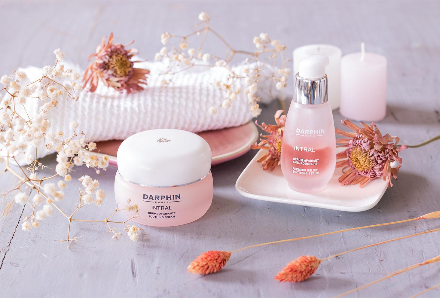 La routine crème et sérum de la collection INTRAL de Darphin posée sur une table vintage dans un décor de salle de bain