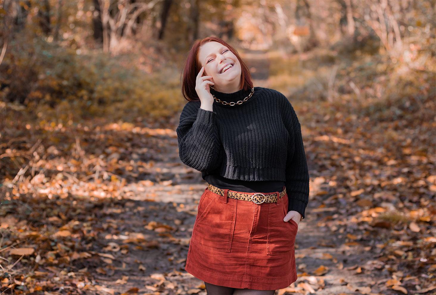 Dans la forêt avec le sourire en look automnal