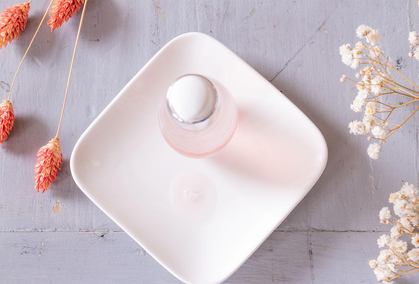 Zoom sur la texture liquide du sérum apaisant anti-rougeurs INTRAL dans une coupelle blanche carré