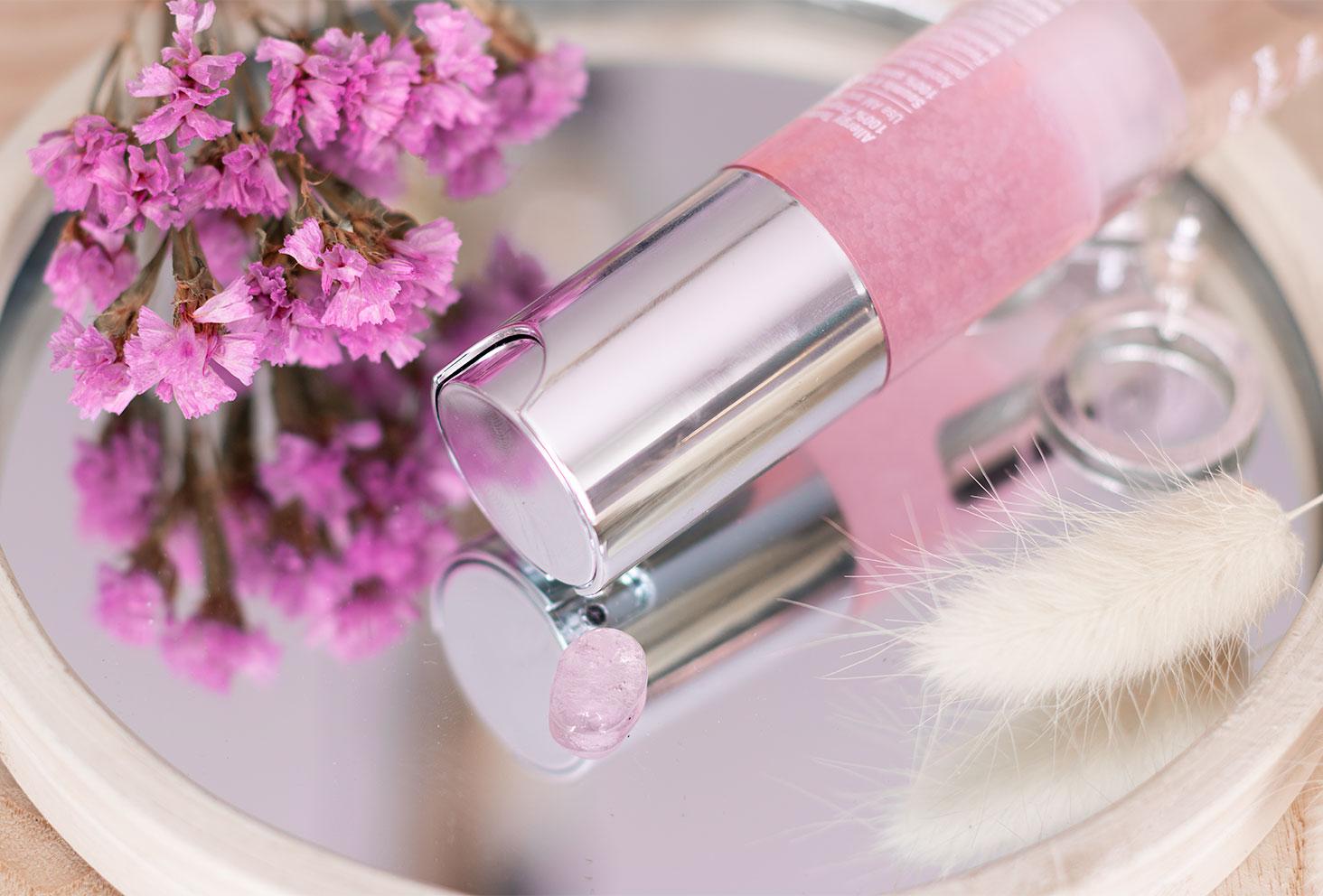 Zoom sur la texture gel rose sur un miroir du Moisture Surge de Clinique