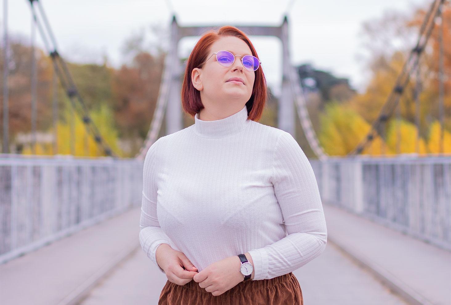 Sur un pont de fil, zoom sur un t-shirt blanc à col montant Kiabi
