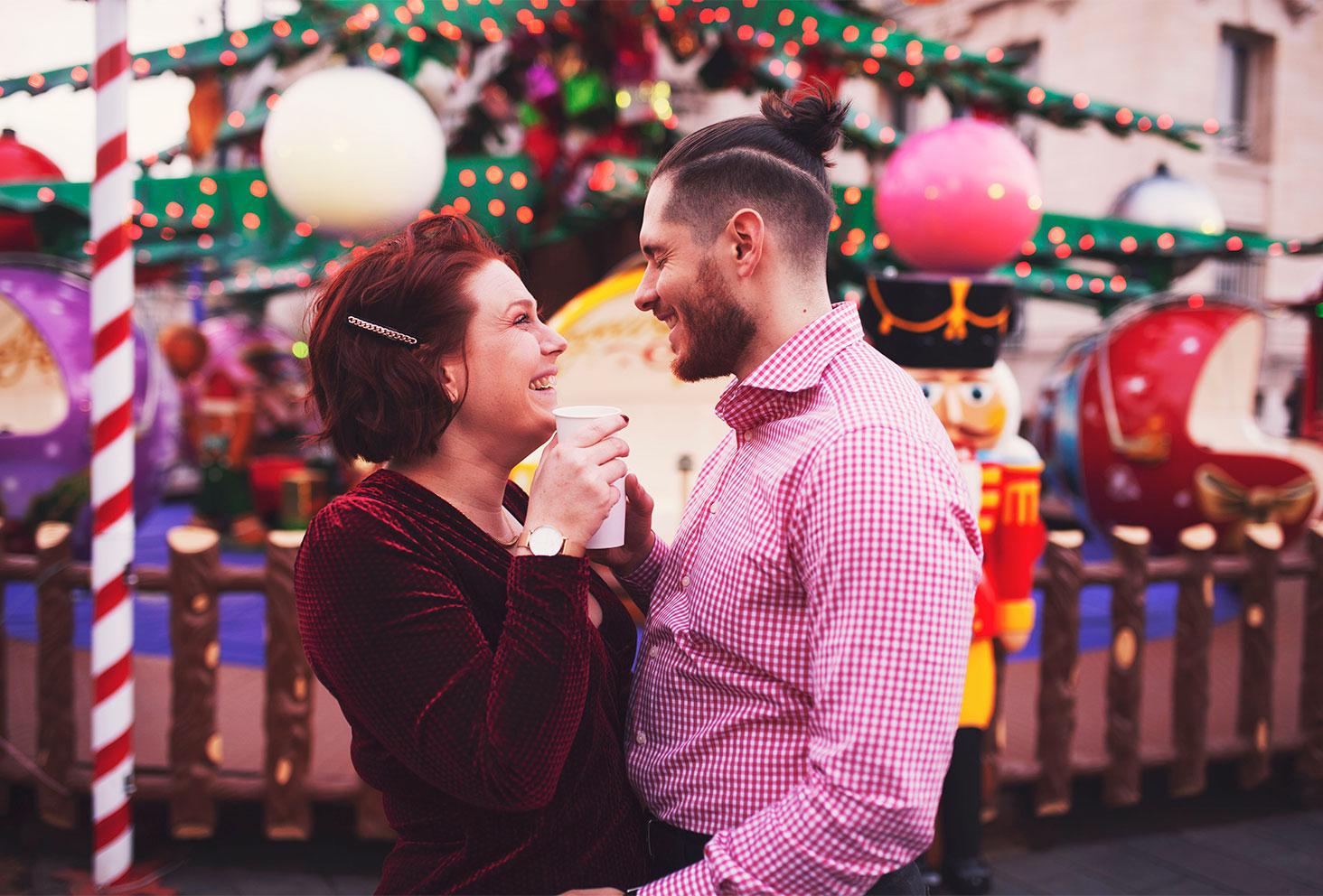 Sur le marché de Noël aux couleurs des fêtes de fin d'année, en amoureux un verre de cidre chaud à la main pour fêter les 4 ans du blog