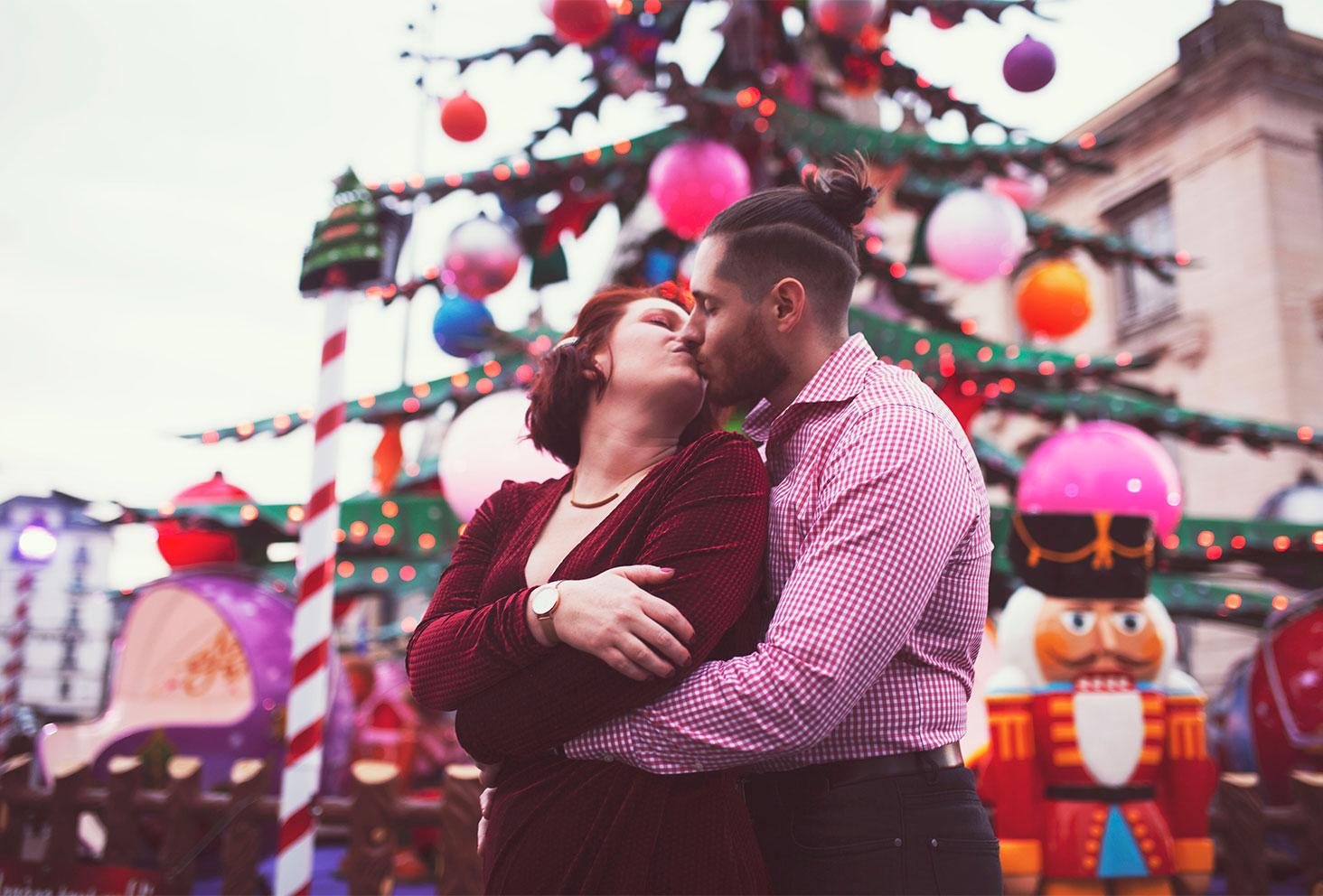 Bisous d'amour devant le sapin lumineux du marché de Noël de Tours en looks de fêtes