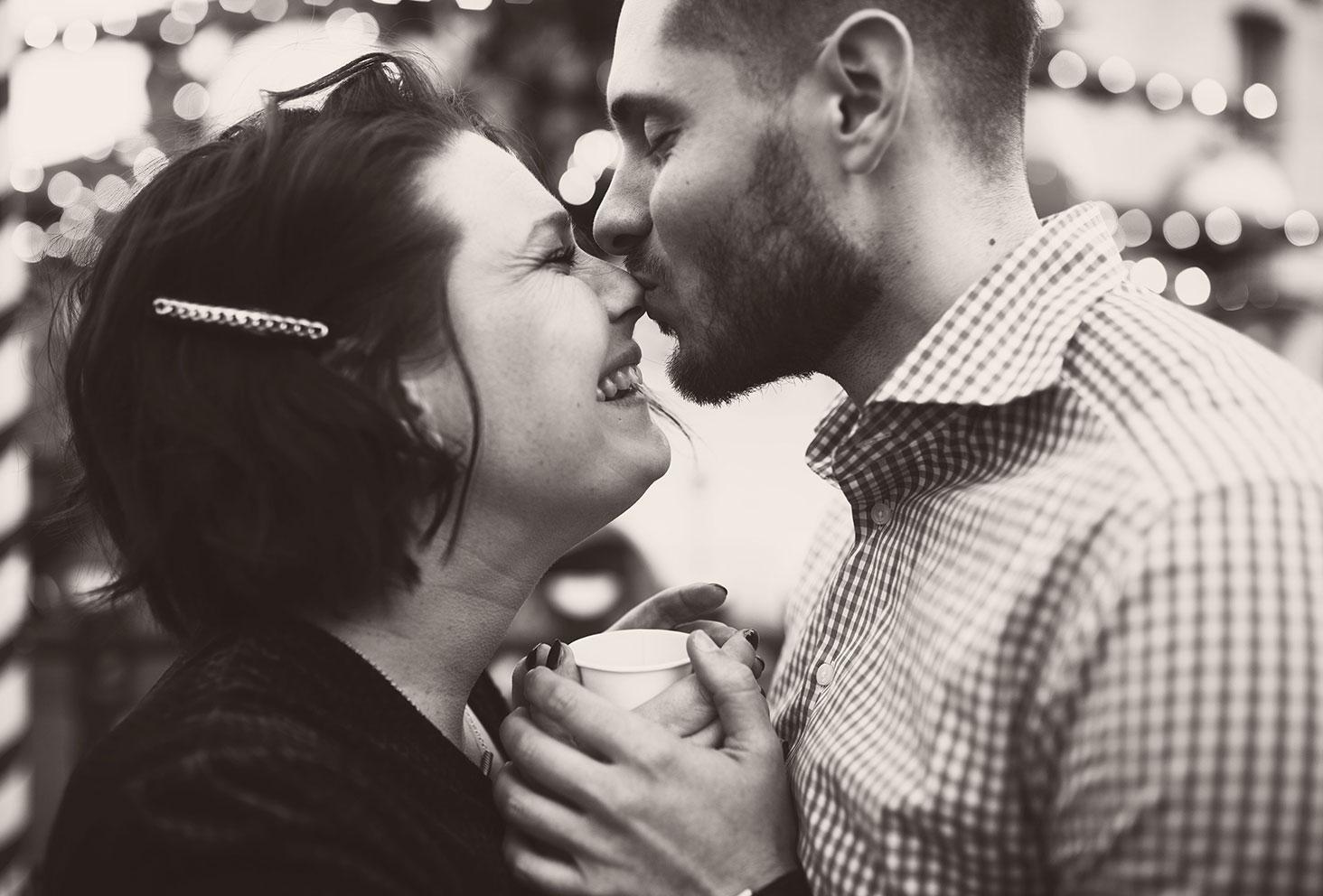 Bisou de mon amoureux sur le nez en noir et blanc pour fêter les 4 ans de blog